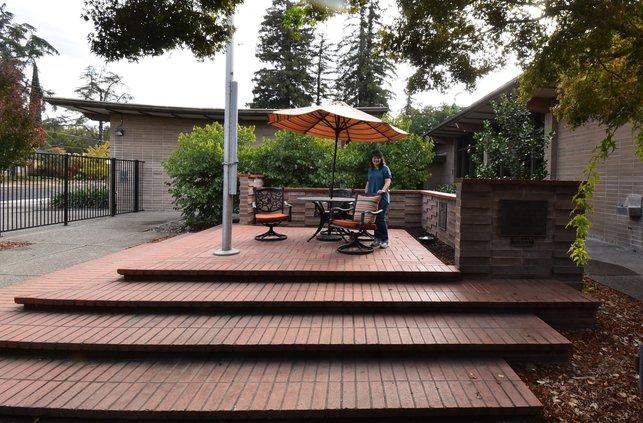CofC Library courtyard DSC_0765.jpg