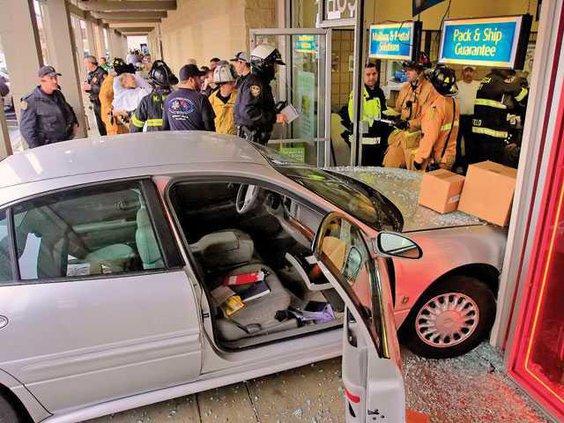 ACCIDENT CAR BUILDING1-2-8-14-LT